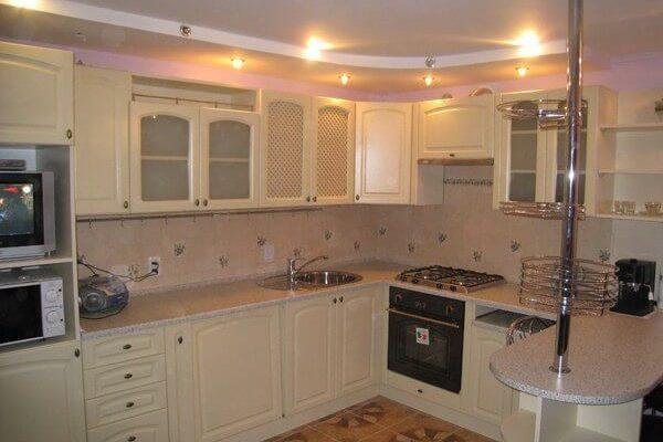 На фото: кухонный гарнитур с барной стойкой