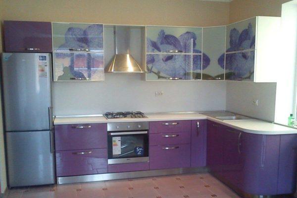 На фото: кухонный гарнитур с верхними фасадами с фотопечатью