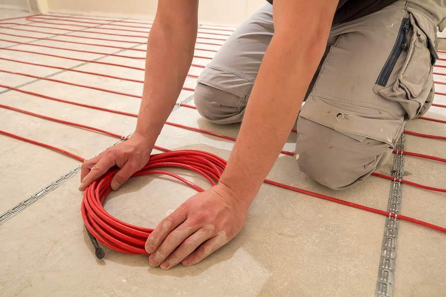 На фото: монтаж электрического нагревательного кабеля