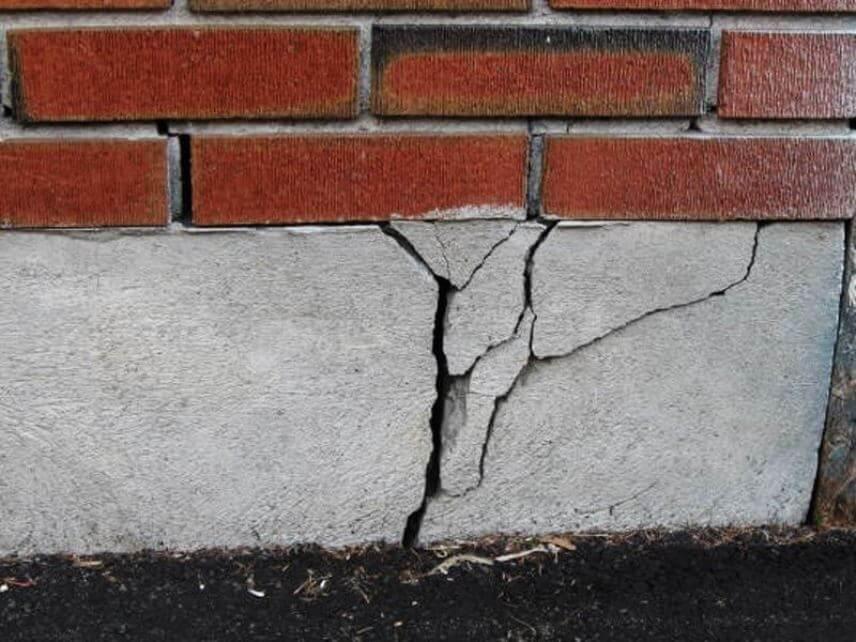 На фото: трещины в фундаменте