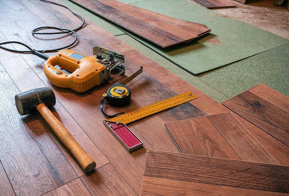 На фото: монтаж напольного покрытия