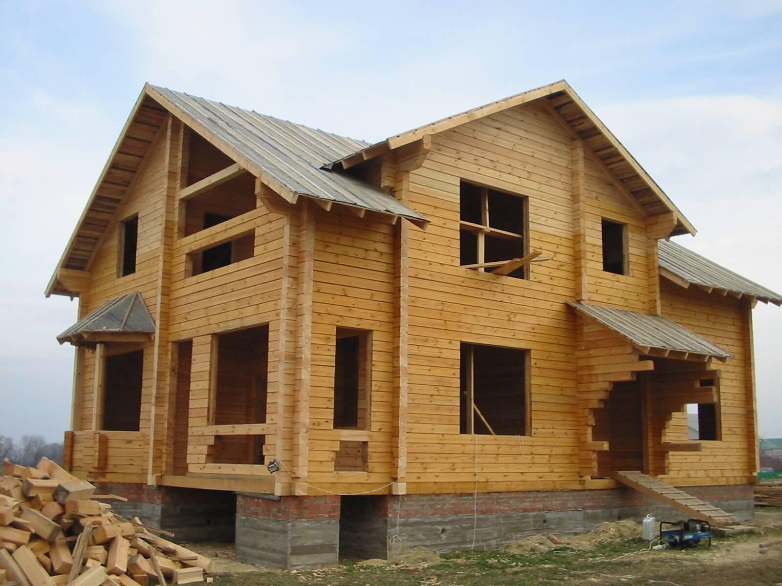 На фото: строительство дома из профилированного бруса