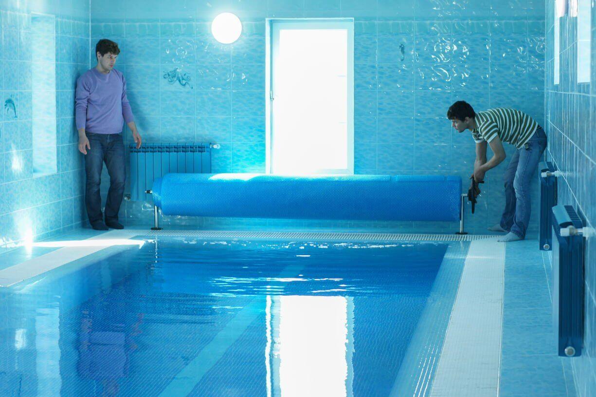 На фото: обслуживание бассейнов