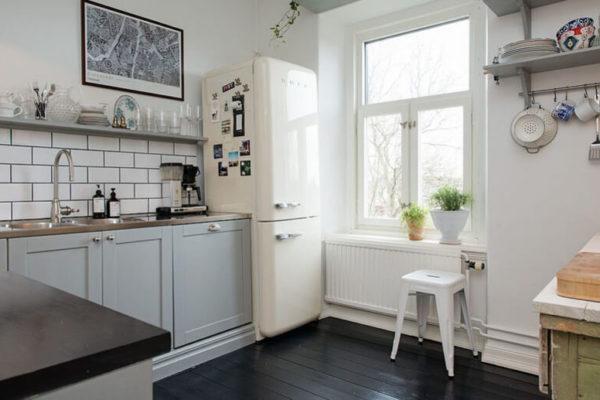 На фото: кухня с холодильником в светлых тонах
