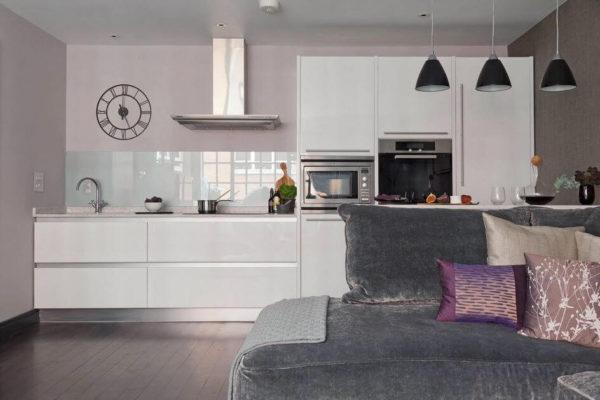 На фото: кухня без навесных шкафов