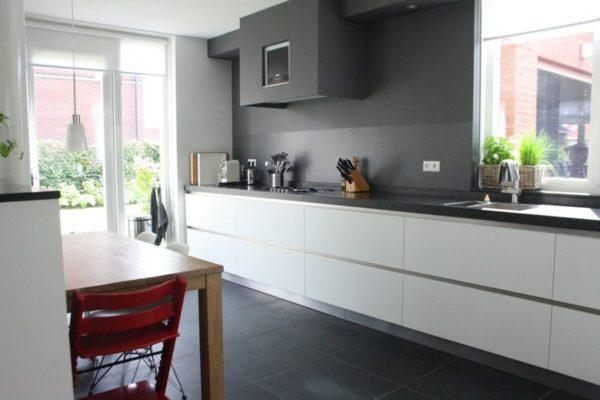 На фото: кухонный гарнитур без верхних навесных шкафов