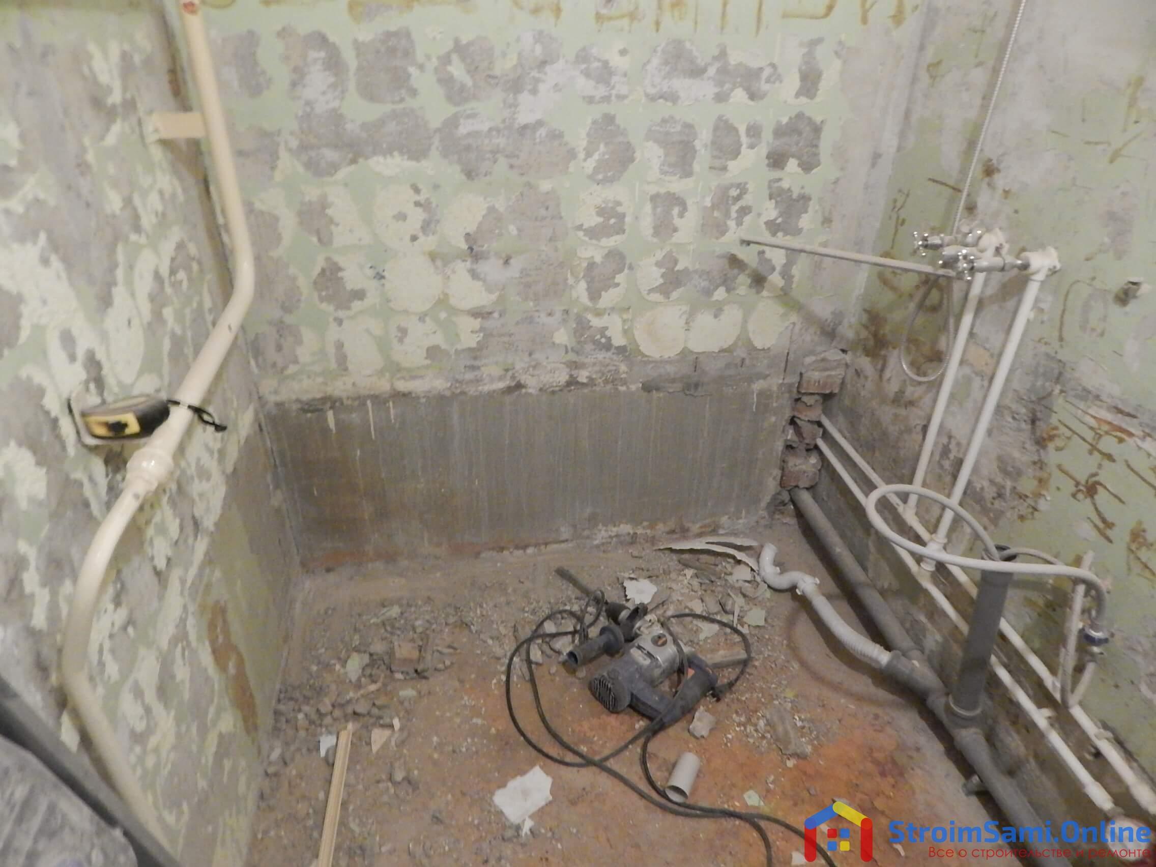 На фото: демонтажные работы в ванной