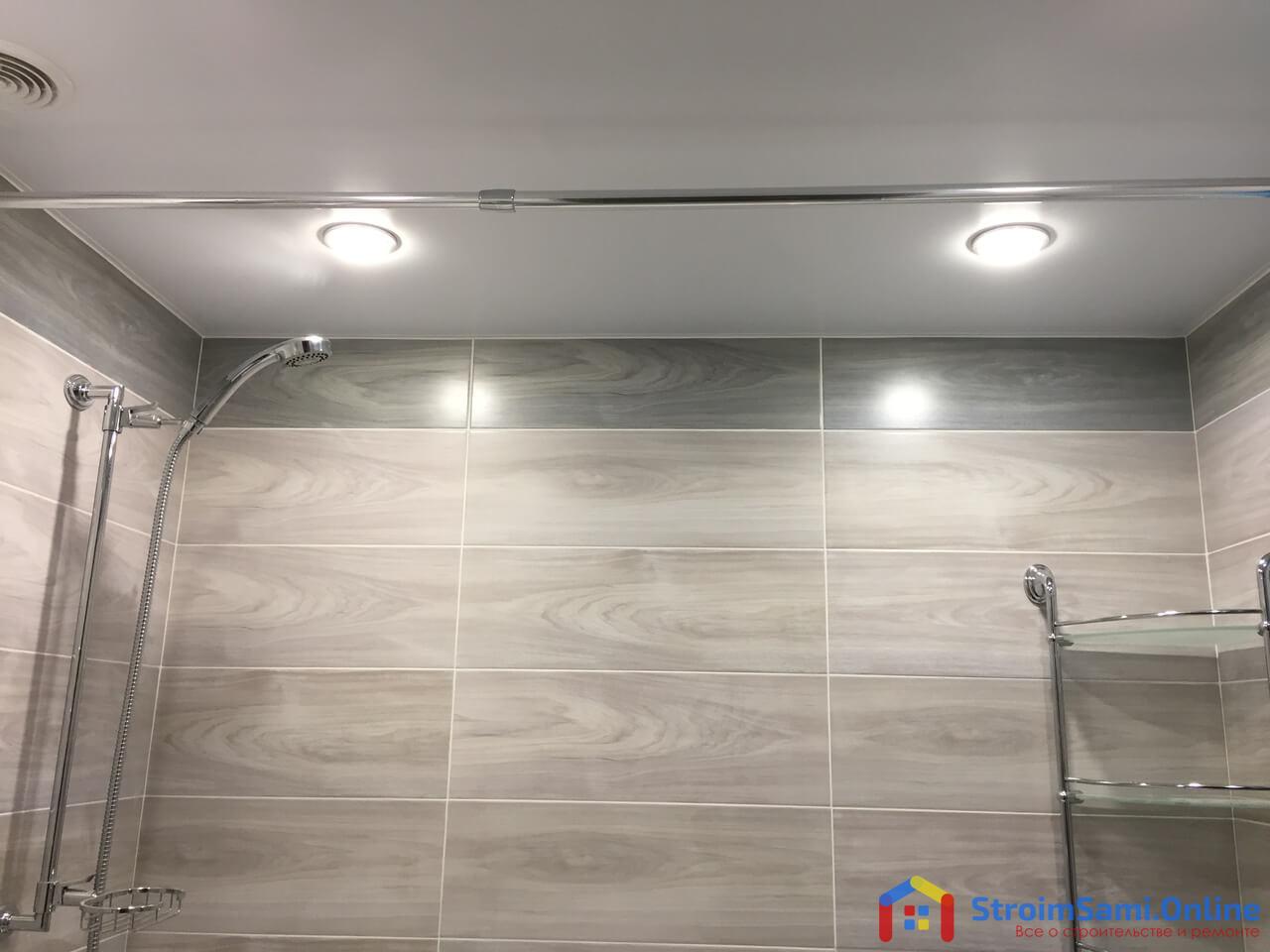 На фото: потолок в ванной комнате