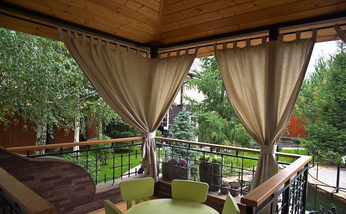 На фото: Уличные шторы для веранды, беседки