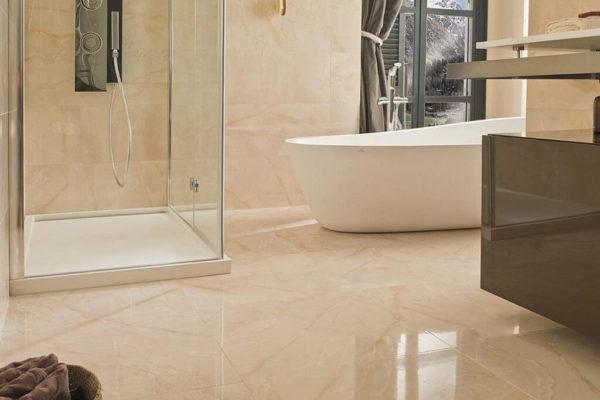 На фото: глянцевая напольная плитка в ванной