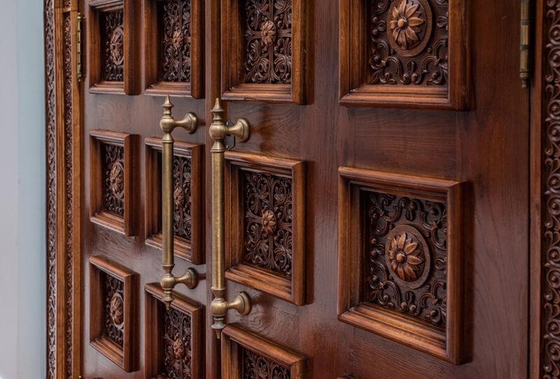 На фото: входные двери из массива дуба