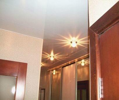 На фото: глянцевый натяжной потолок