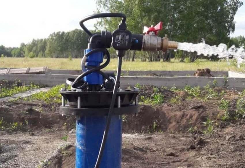 На фото: скважина на воду на участке