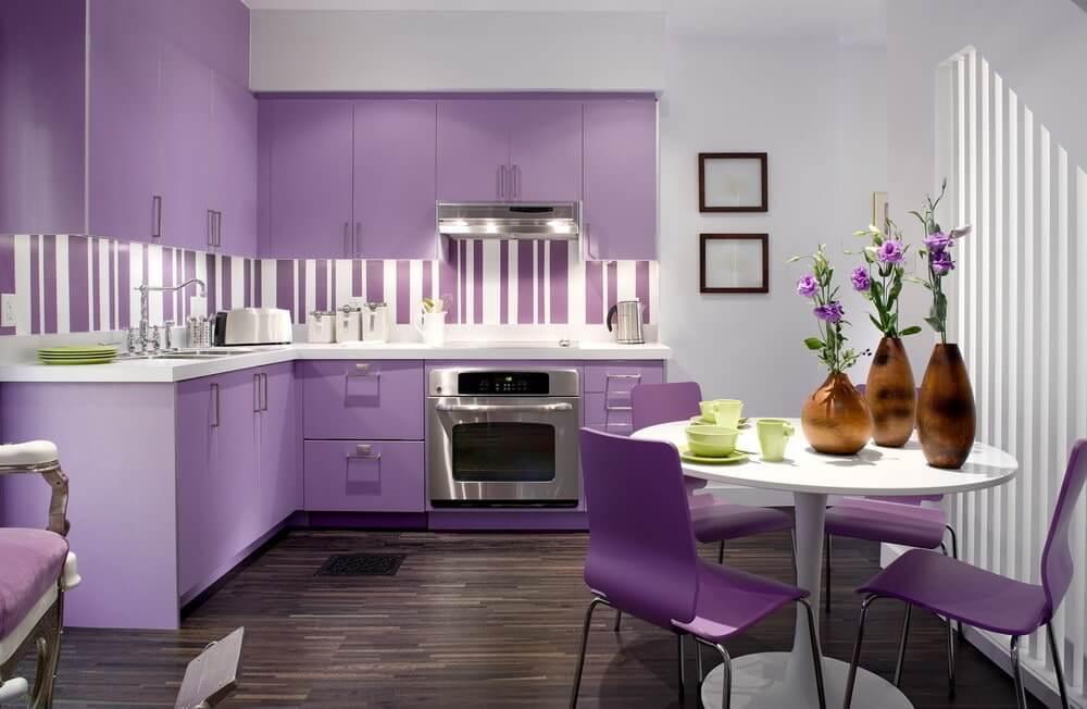 На фото: кухня в фиолетовых тонах