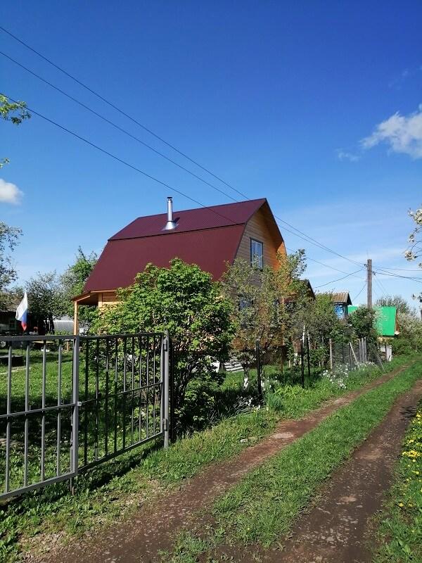 На фото: загородный дом. Отличный порядок в огороде)