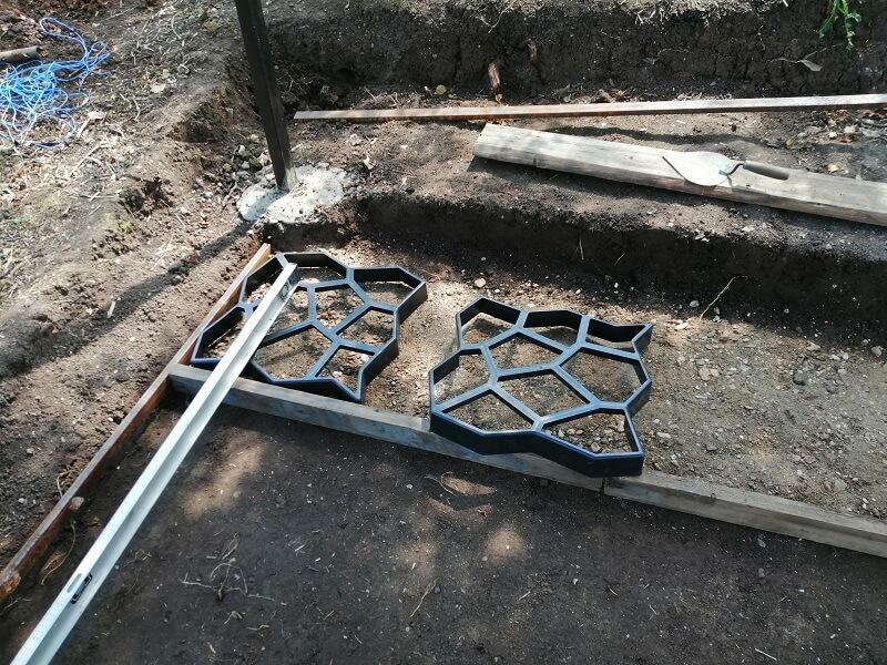 На фото: формы для заливки садовых дорожек.