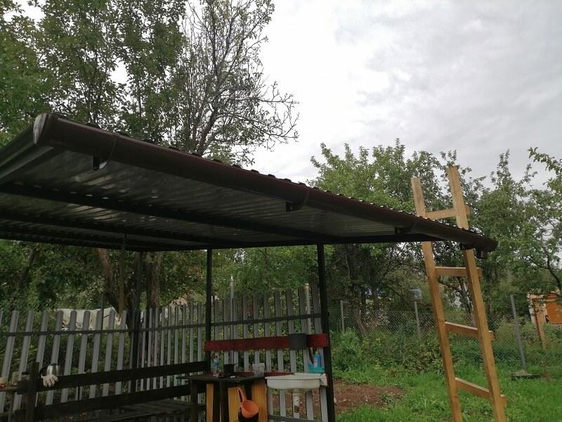 Теперь вся дождевая вода, стекающая с крыши, через воронку стекает в бочку. Ну эту конструкцию мы еще усовершенствуем)))