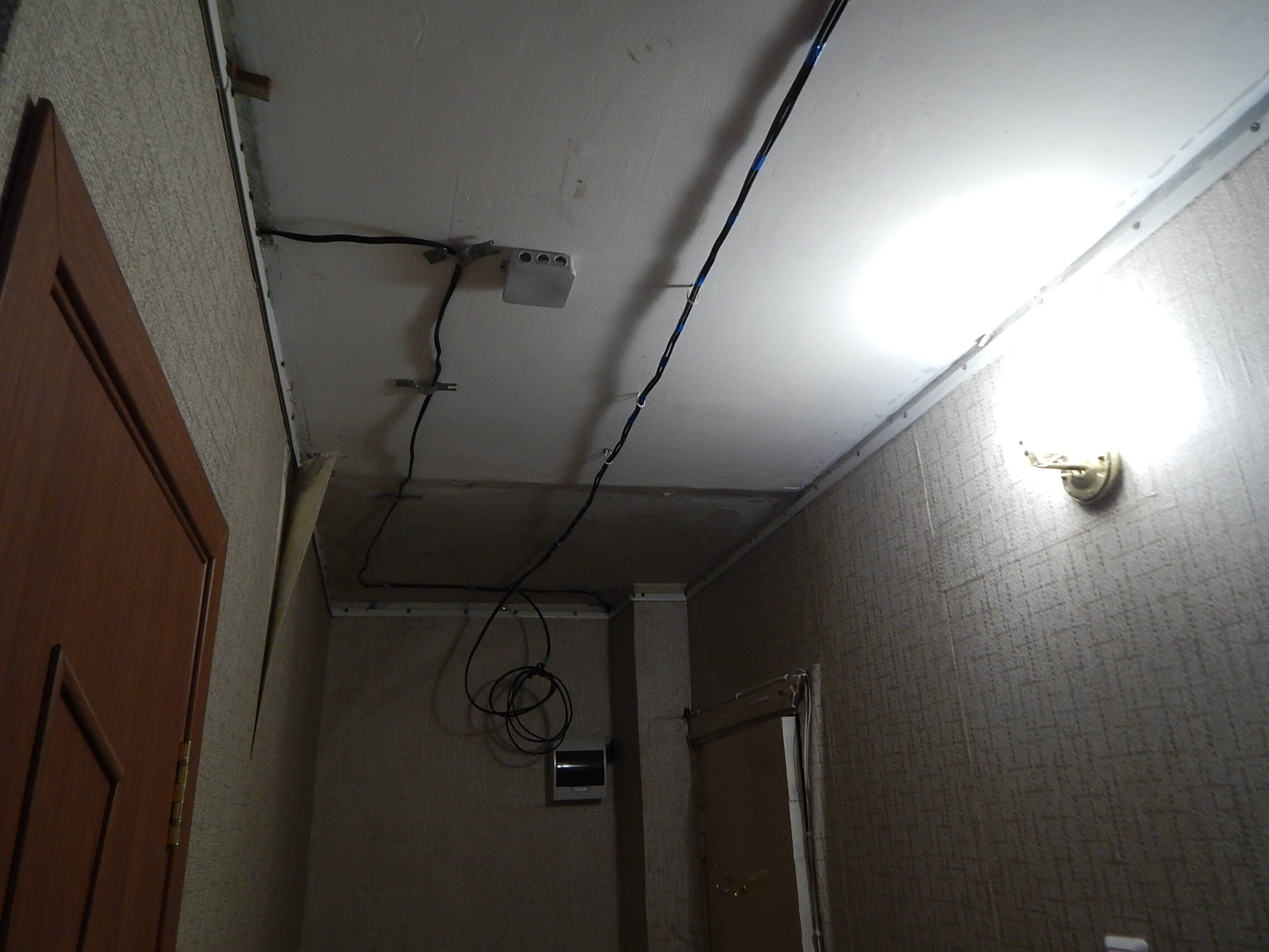 На фото: электропроводка в квартире