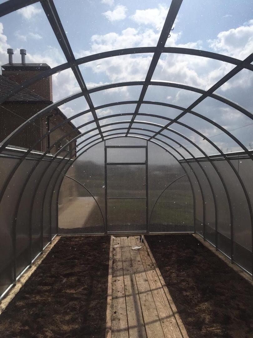 На фото: теплица с открывающейся крышей