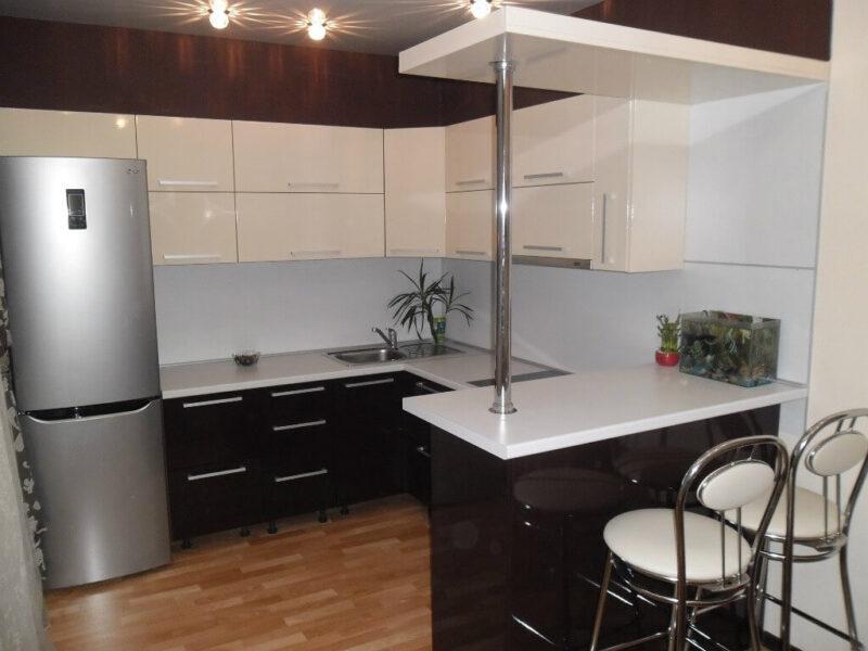 На фото: интерьер кухни с барной стойкой