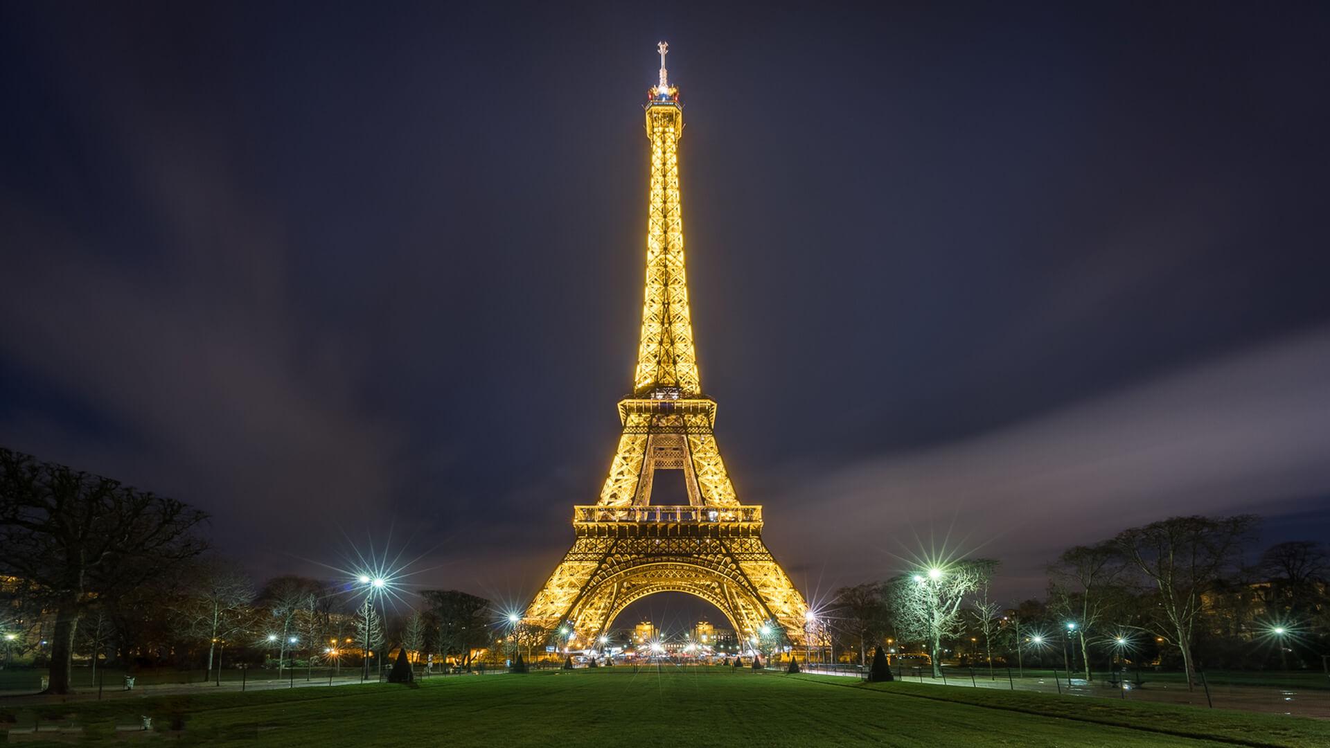 На фото: Эйфелева башня в Париже