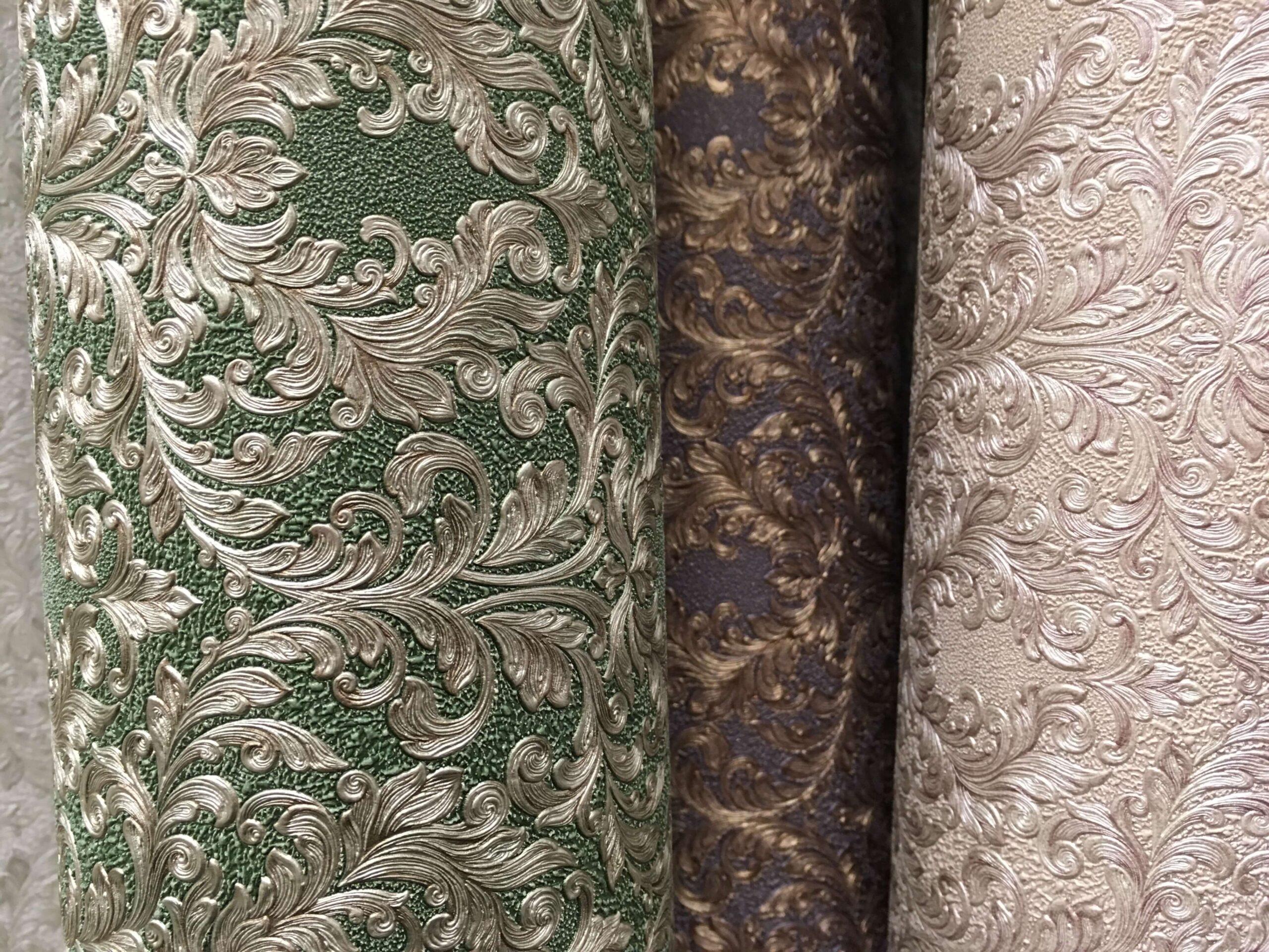 На фото: обои с рельефной текстурой