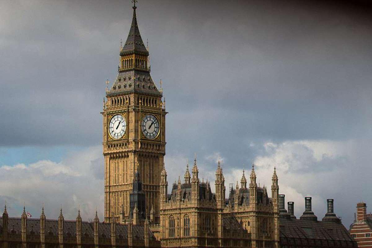 На фото: башня Биг-Бен (англ. Big Ben) - популярное туристическое название часовой башни Вестминстерского дворца. Официальное название башни с 2012 года - Башня Елизаветы (англ. Elizabeth Tower).