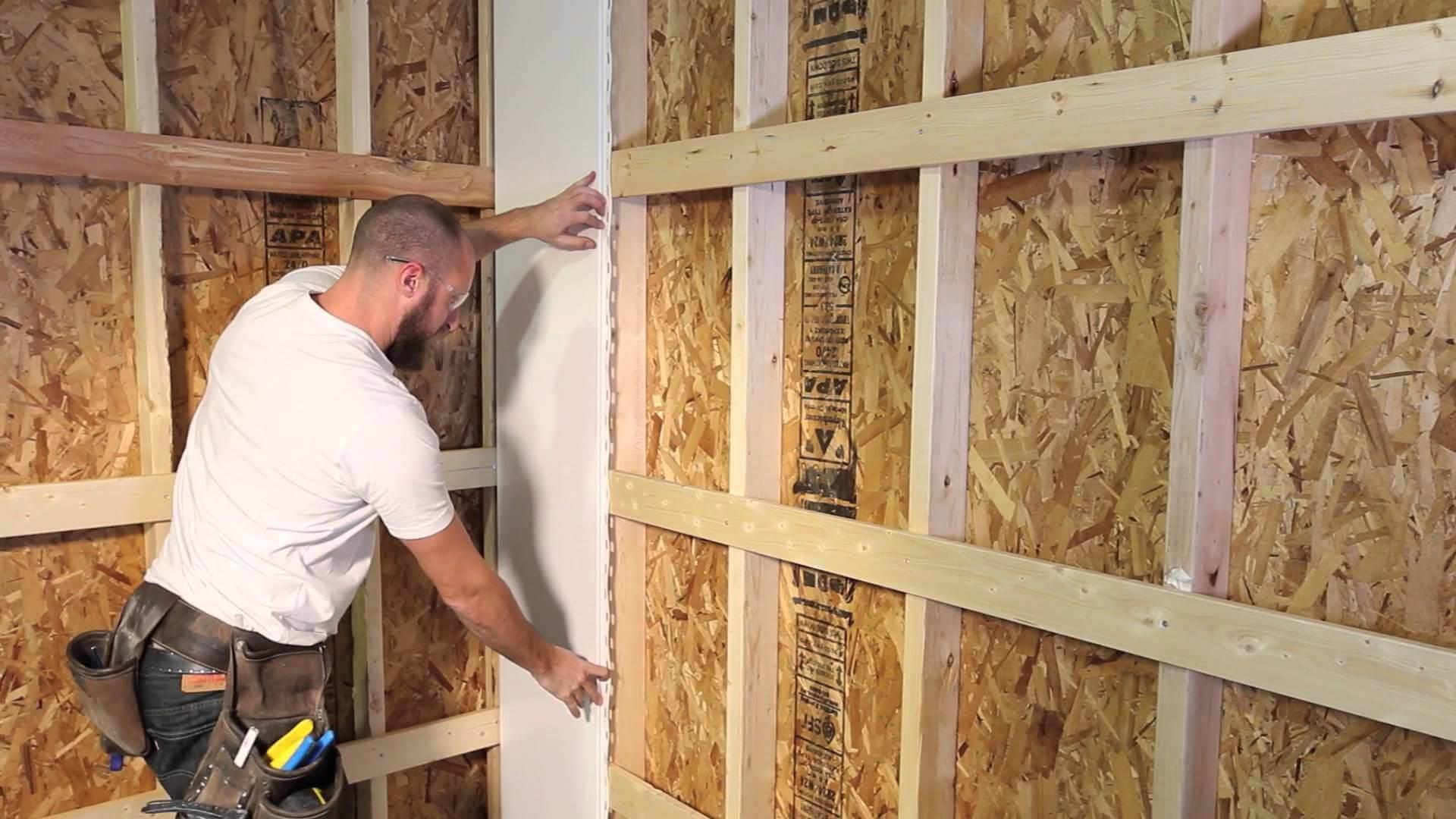 На фото: монтаж стеновых панелей на каркас