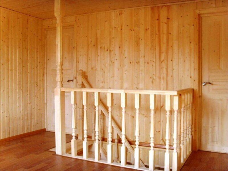 На фото: обшивка стен вагонкой