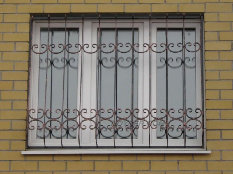 На фото: решетка на окне