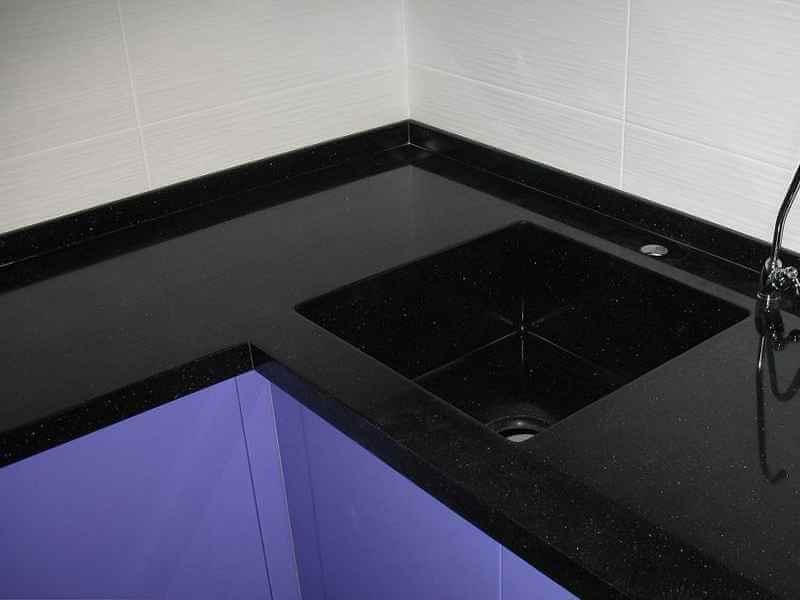 На фото: черная столешница из искусственного камня в интерьере