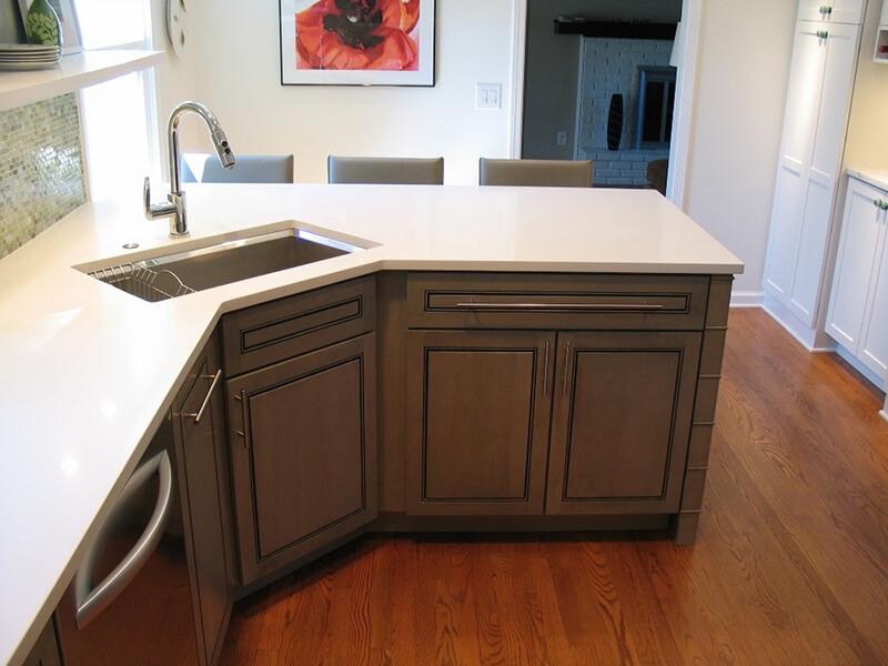 На фото: дизайн кухни с угловой мойкой