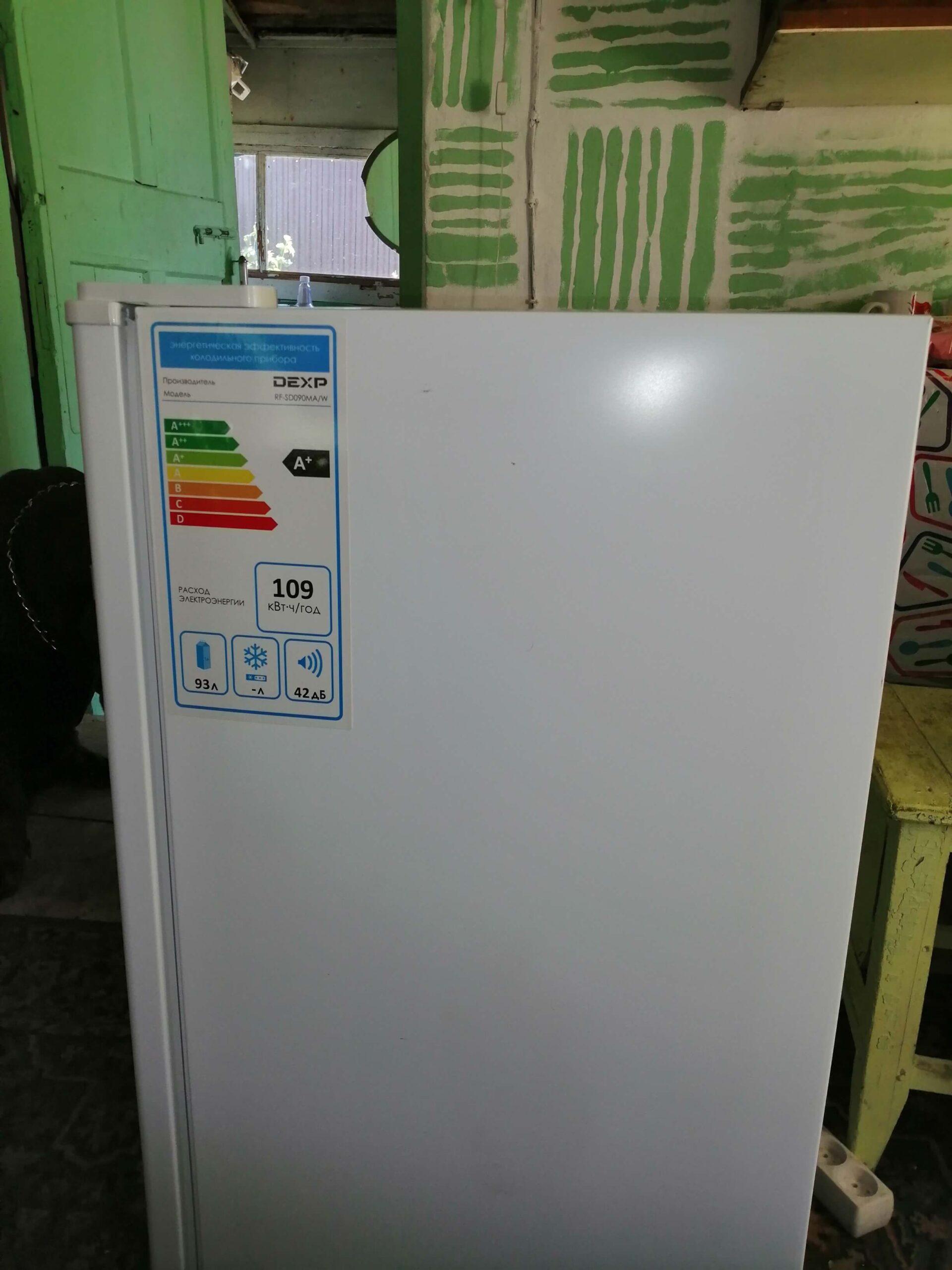 На фото: холодильник DEXP модель RF-SD090MA/W