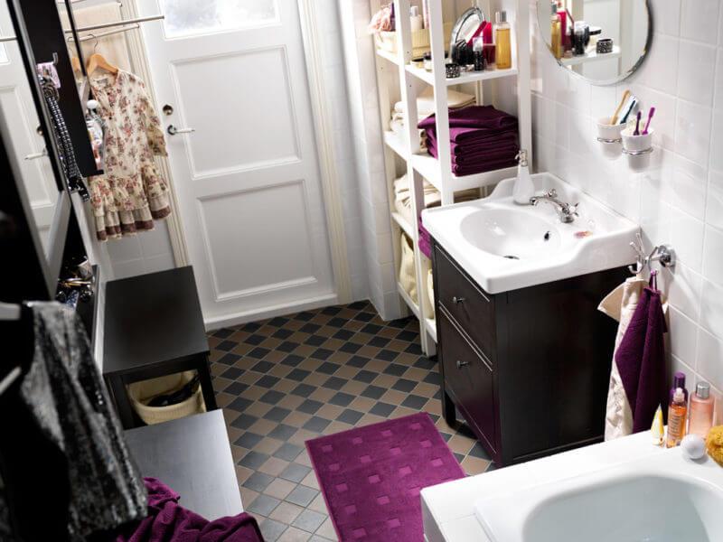 На фото: места для хранения принадлежностей в ванной комнате