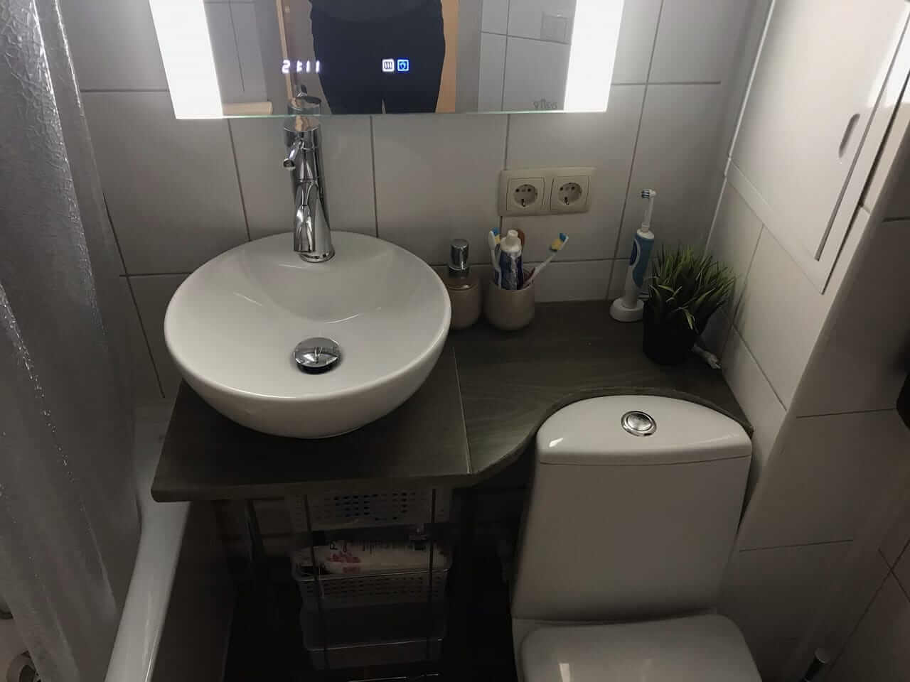 На фото: ремонт в ванной совмещенной с санузлом