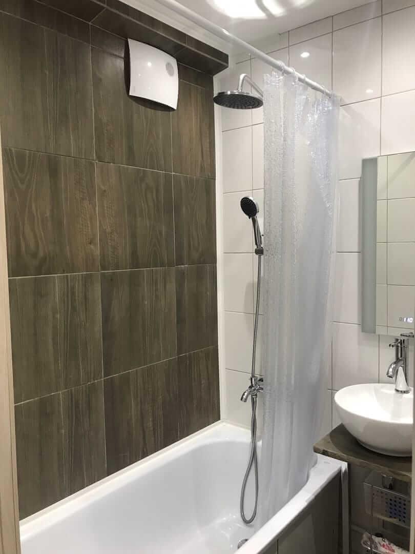 На фото: установлены все необходимые элементы: раковина, зеркало, душ и шторка