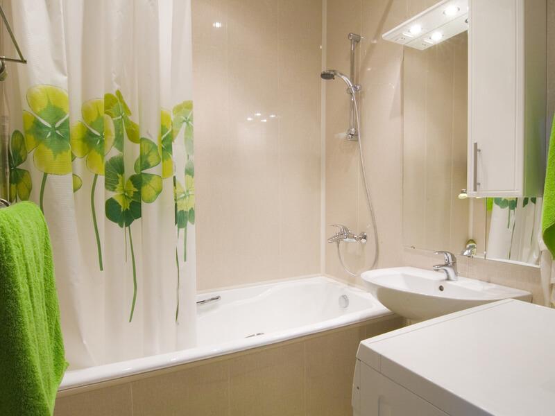 На фото: шторка для ванной
