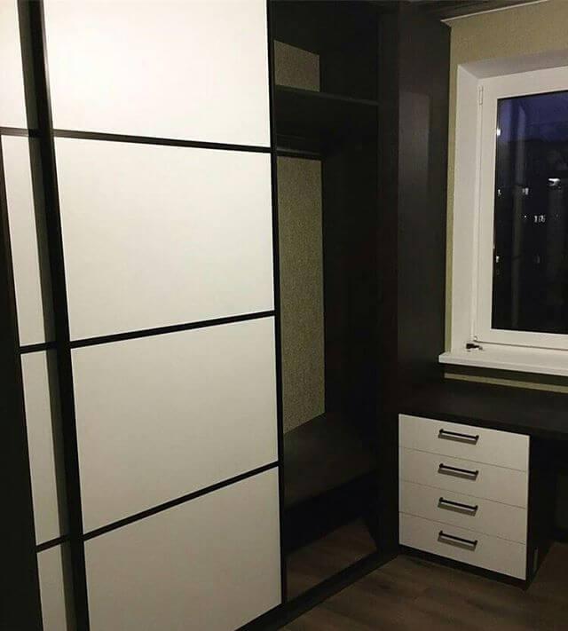 На фото: шкаф-купе и рабочий стол возле окна