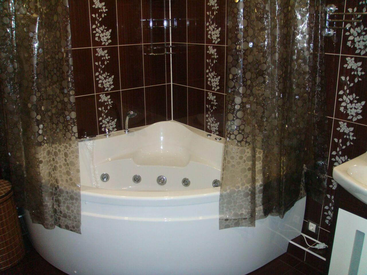 На фото: джакузи (гидромассажная ванна)