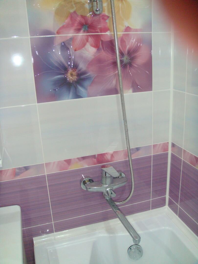 На фото: смеситель в ванной