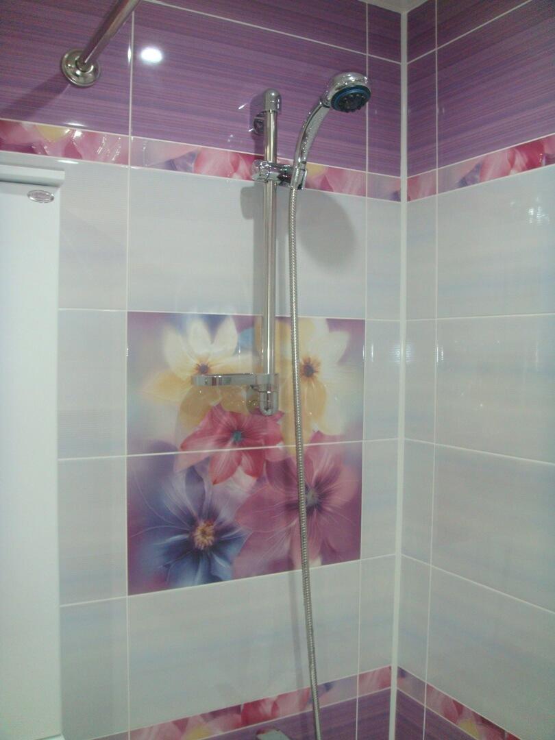 На фото: душ в ванной