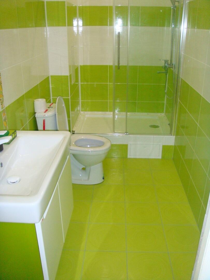 На фото: душевая кабина в ванной комнате