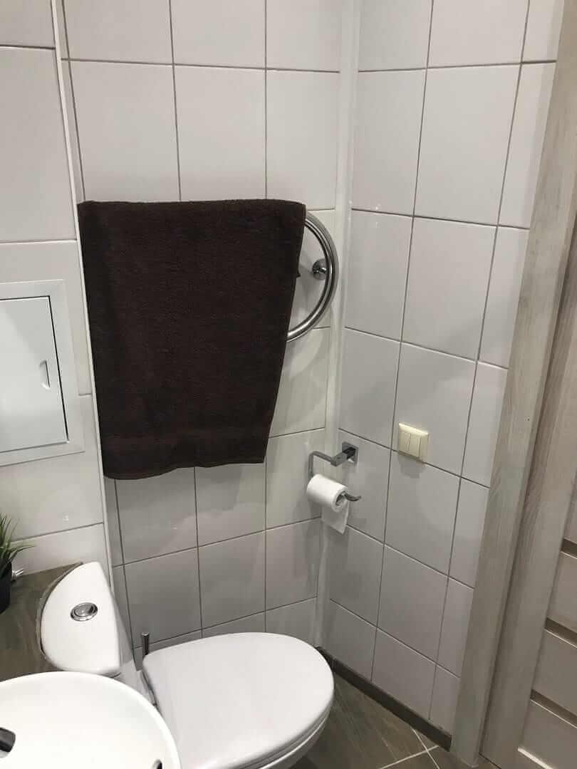 На фото: новый установленный унитаз и полотенцесушитель