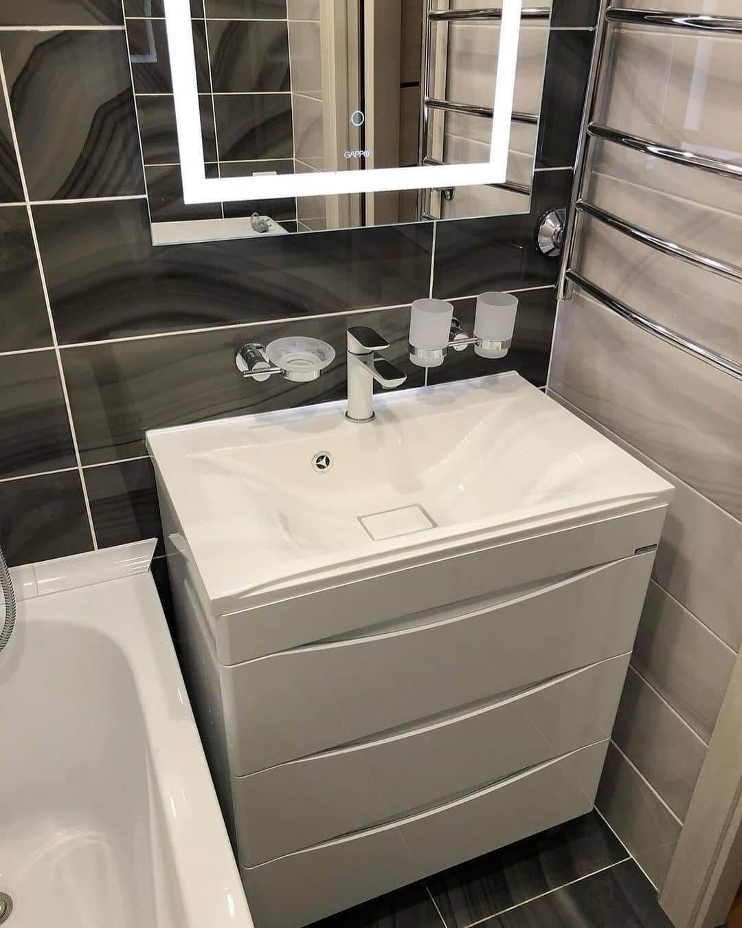 На фото: раковина с тумбой в ванной комнате