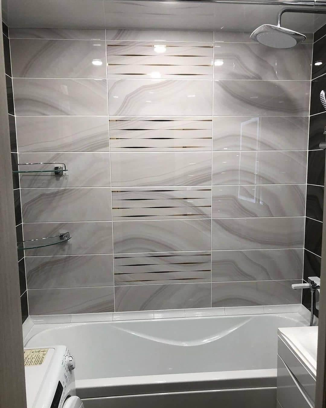 На фото: стена над ванной и стеклянные полки, размещенные в углу