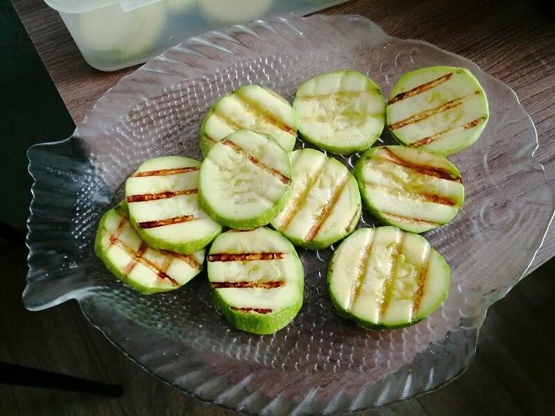 На фото: приготовление овощей на электрогриле