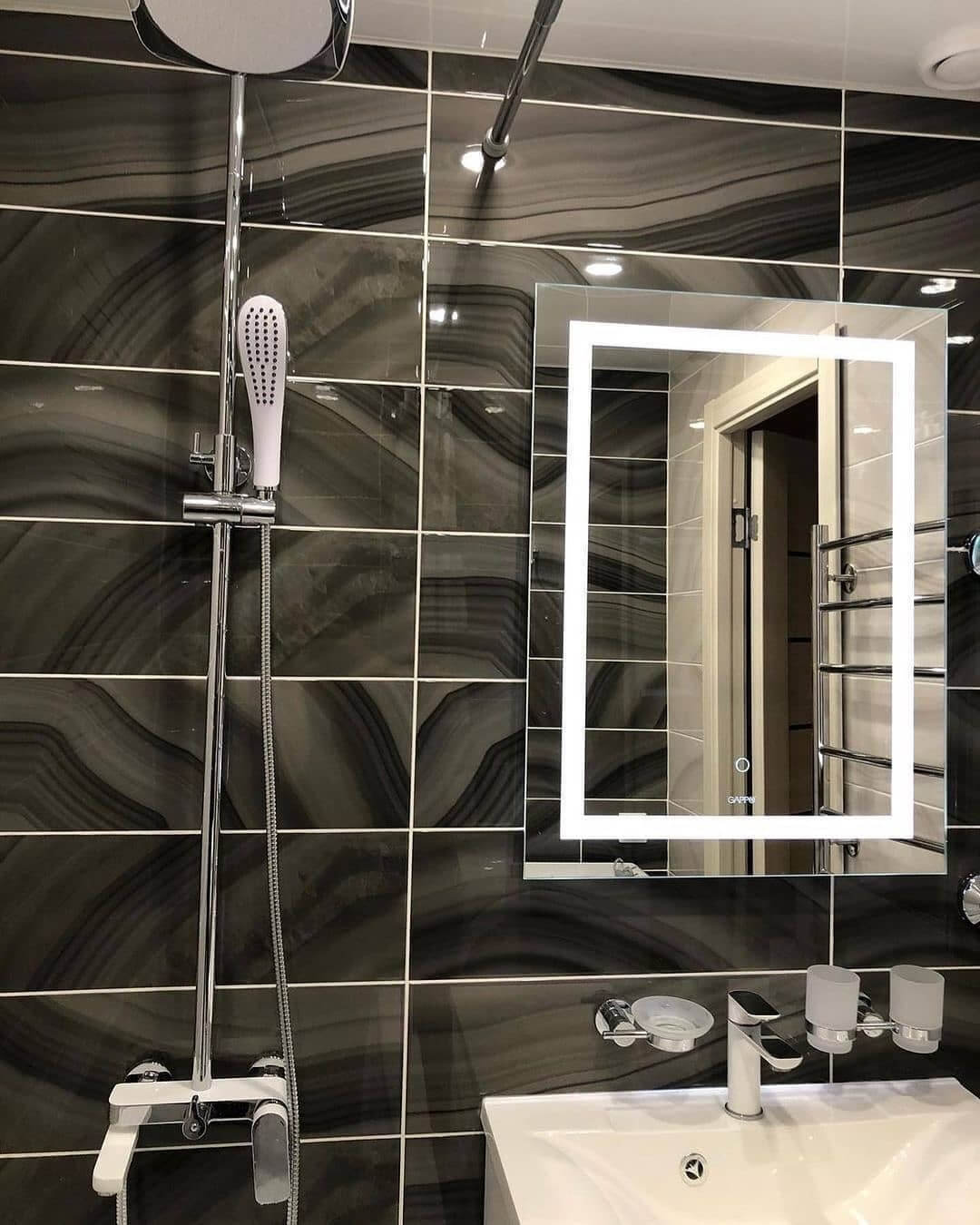 На фото: зеркало в ванной комнате