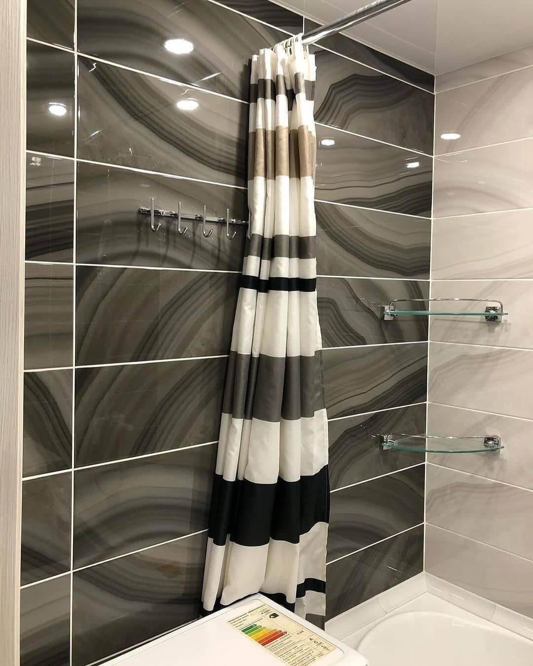 На фото: шторка в ванной комнате