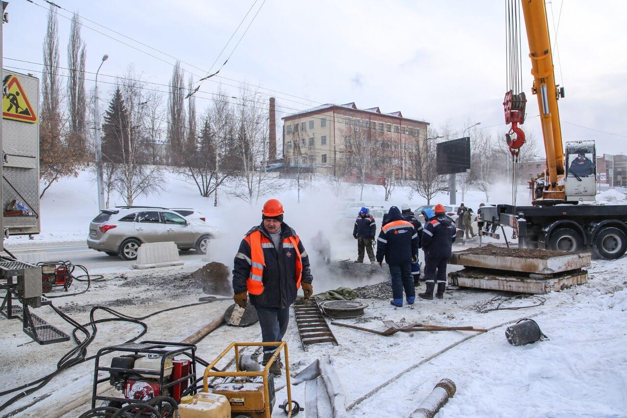 На фото: авария на теплотрассе в Уфе
