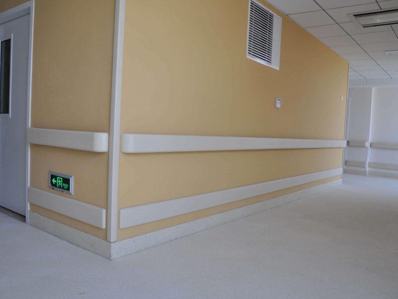 Отбойная доска для стен в медицинских учреждениях: фото в интерьере